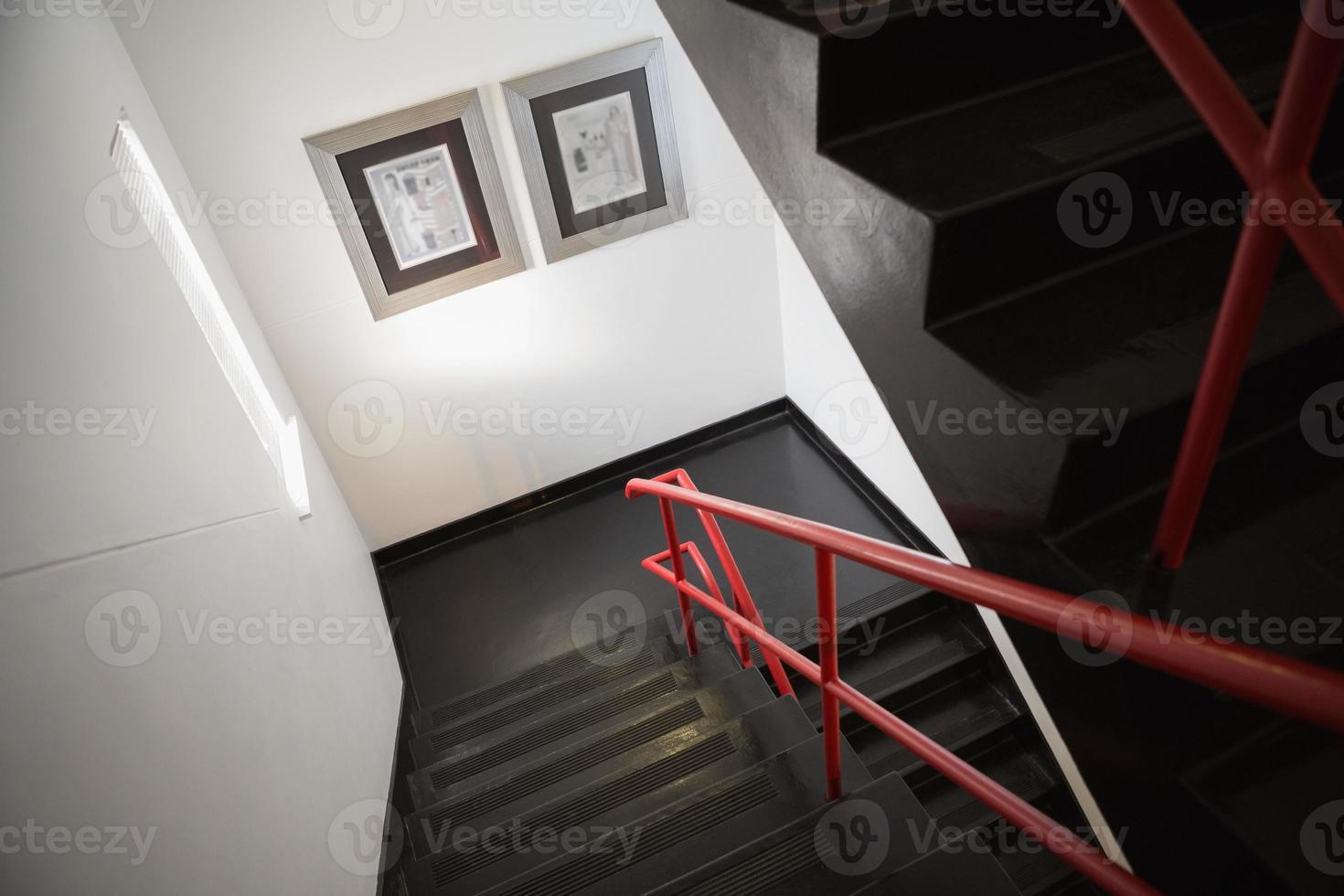 escadas cinzas vazias foto
