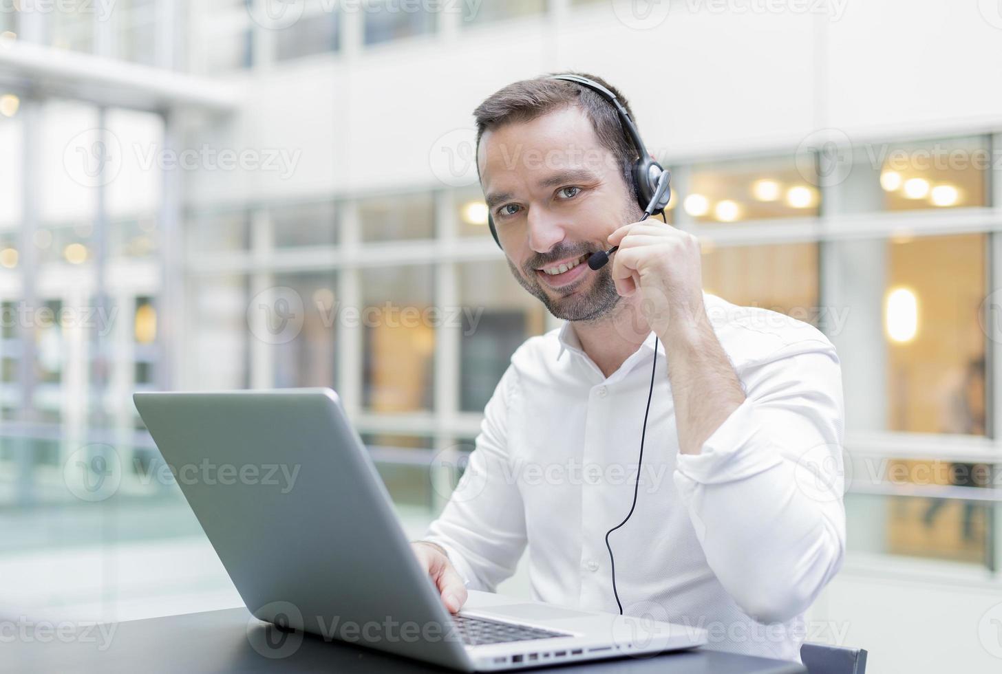 homem de negócios usando um conjunto de cabeça foto