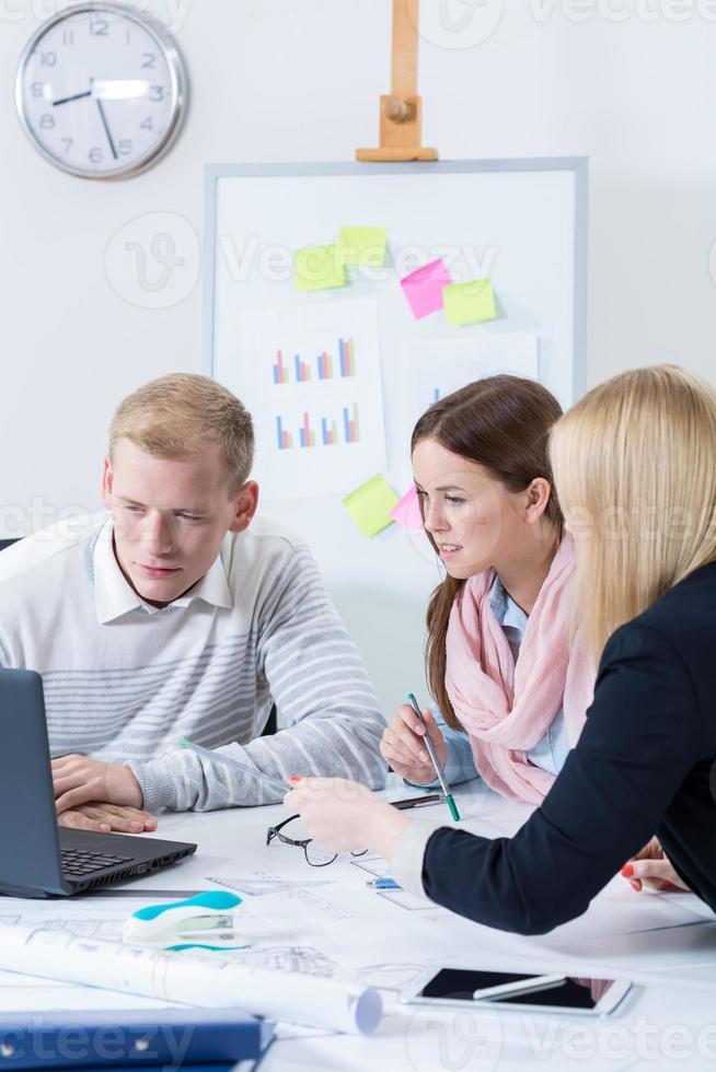 imagem do trabalho em equipe no escritório foto