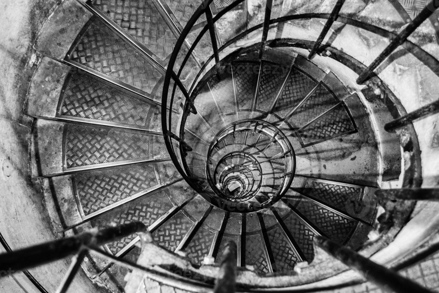 olhando uma escada em espiral em paris foto