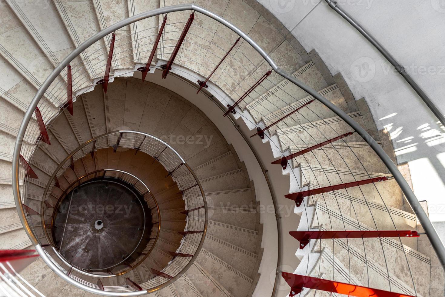 vista de cima de uma escada em espiral foto