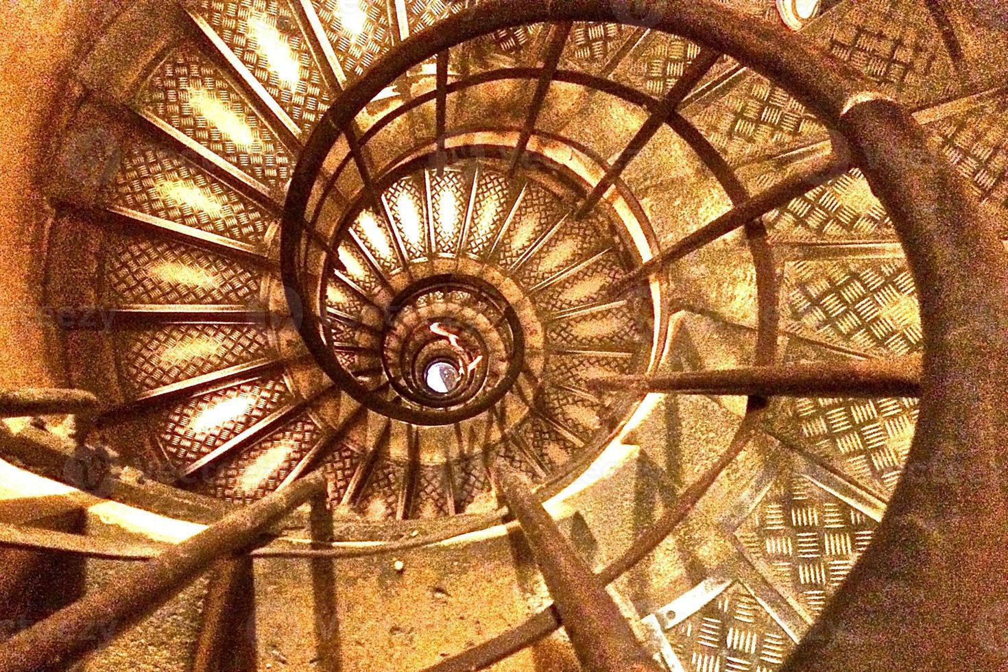 dentro de uma escada em espiral foto