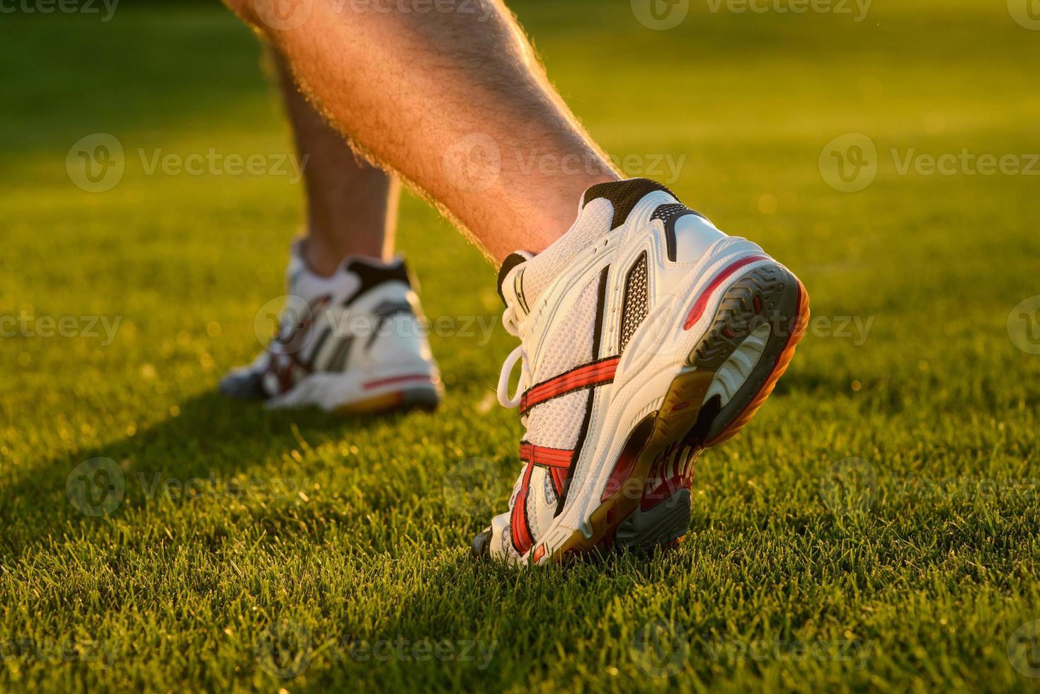 tênis de corrida fechem na grama. foto