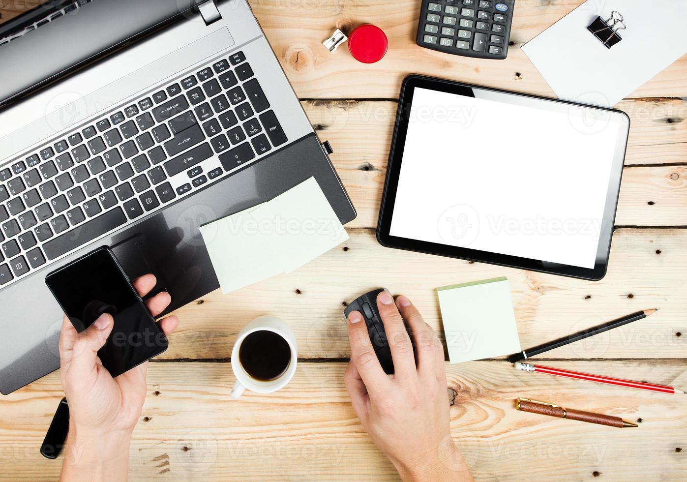 local de trabalho, homem trabalhando no laptop foto