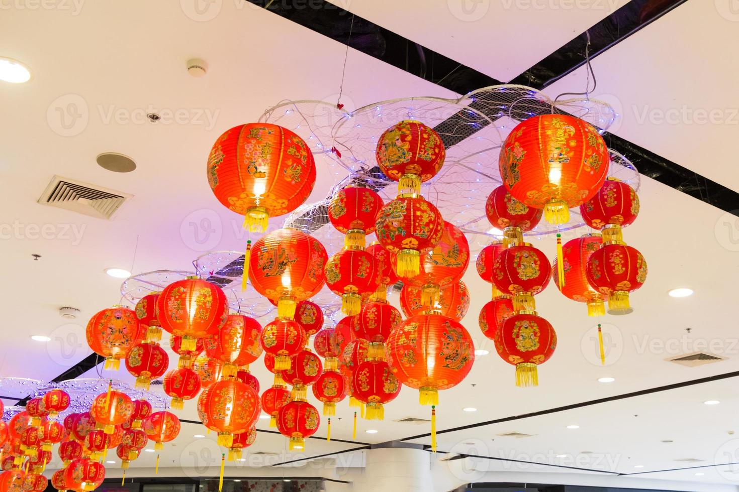belas lanternas asiáticas vermelhas e amarelas foto