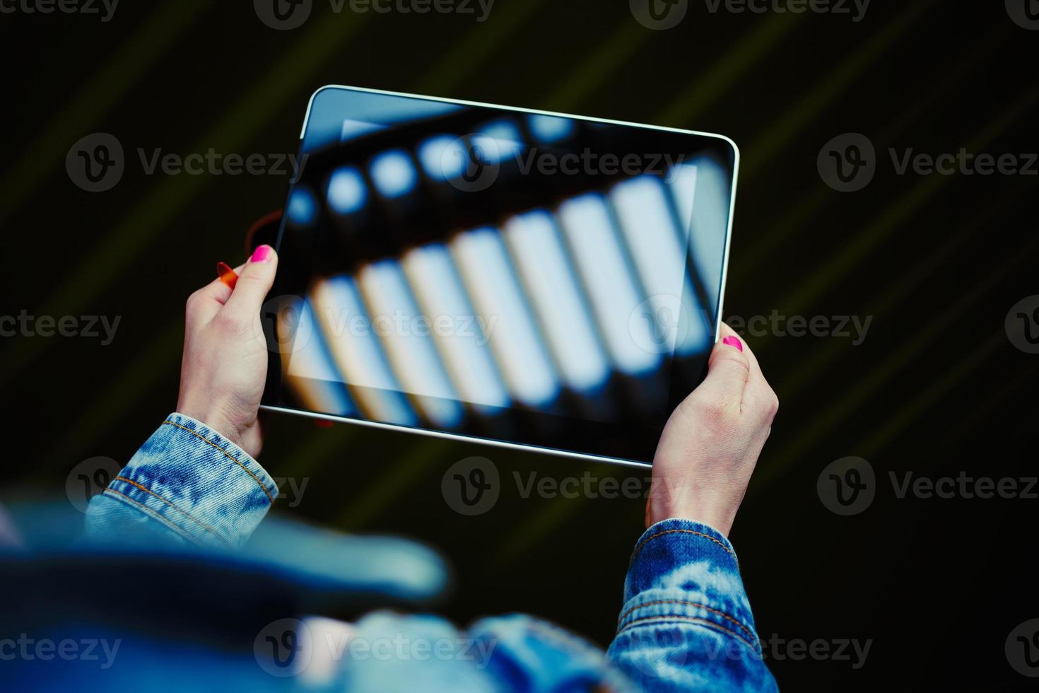 garota estudante universitária navegando na Internet via touch pad foto