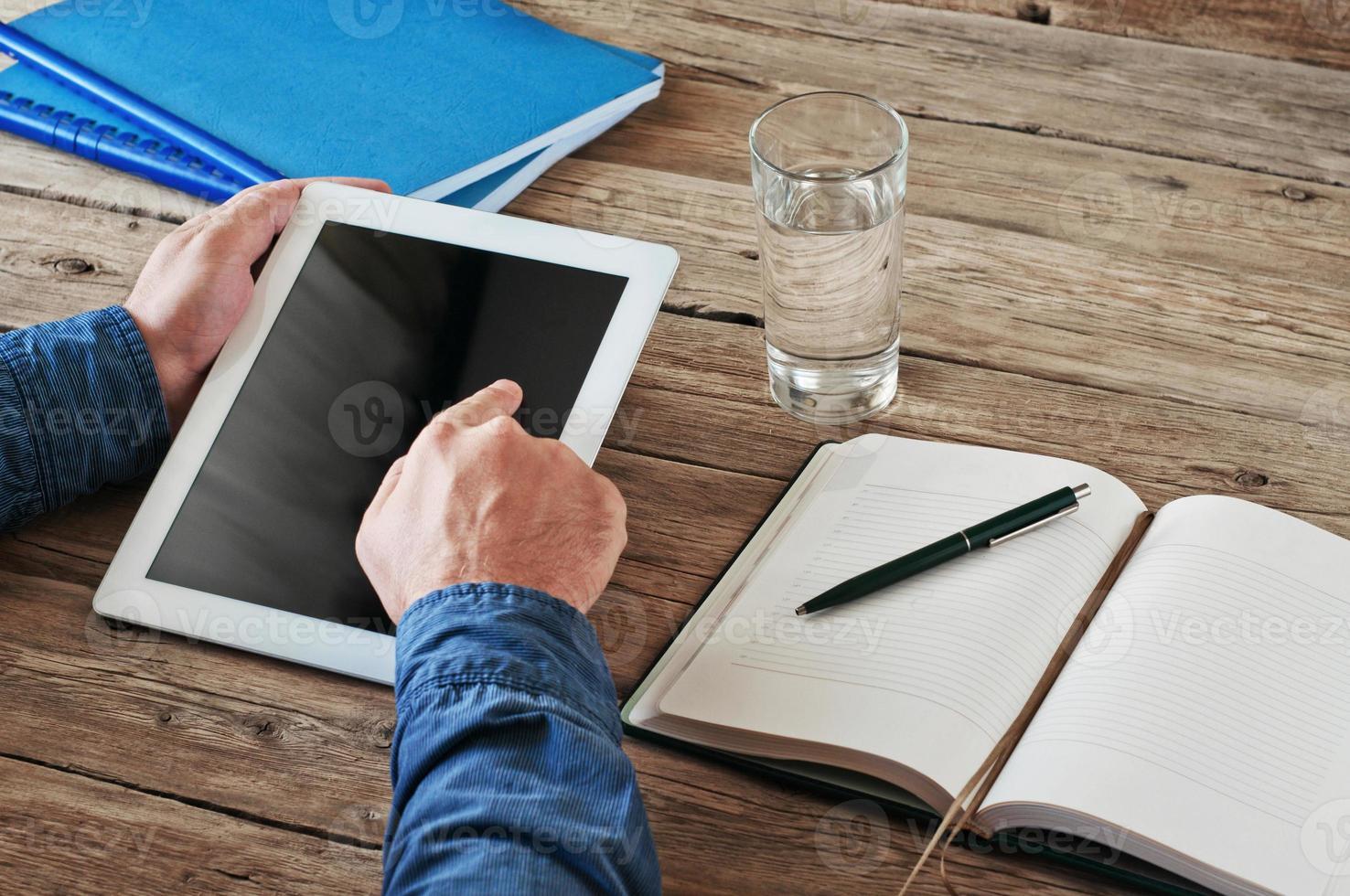 homem segurando computador tablet e clique na tela foto