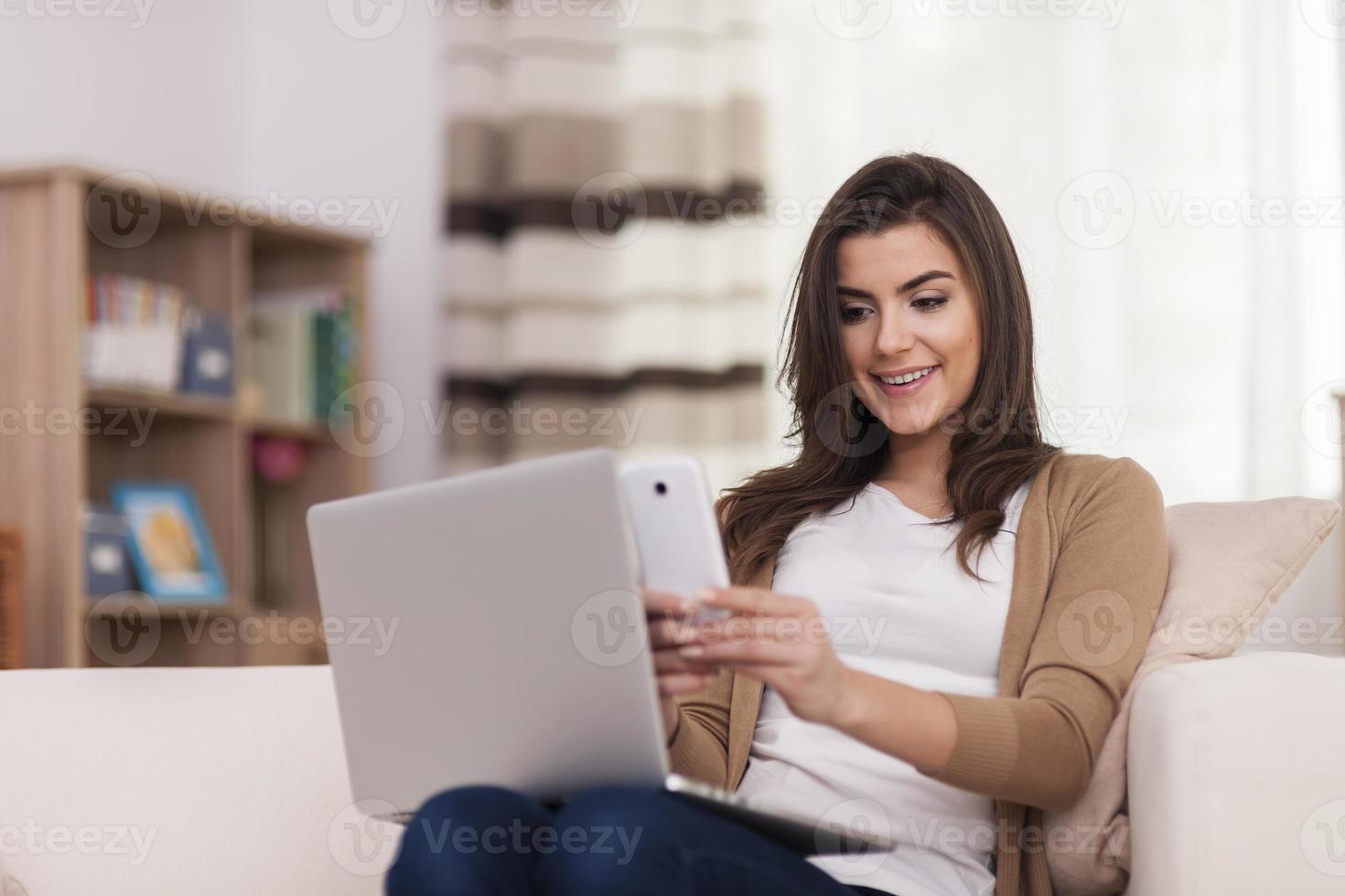 mulher digitalizando código qr pelo celular em casa foto