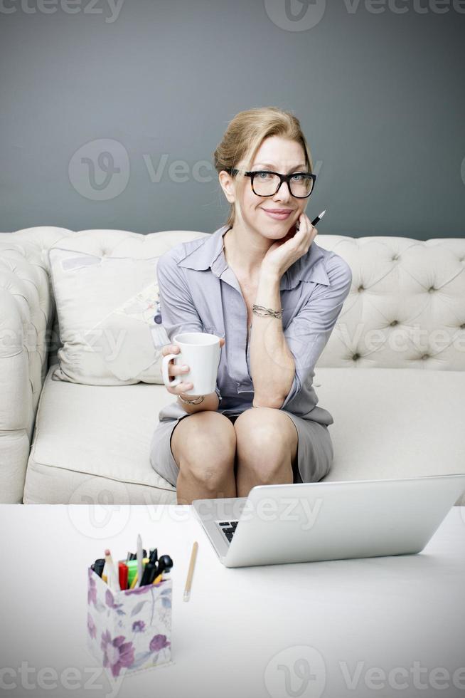 mulher de negócios, trabalhando em casa foto