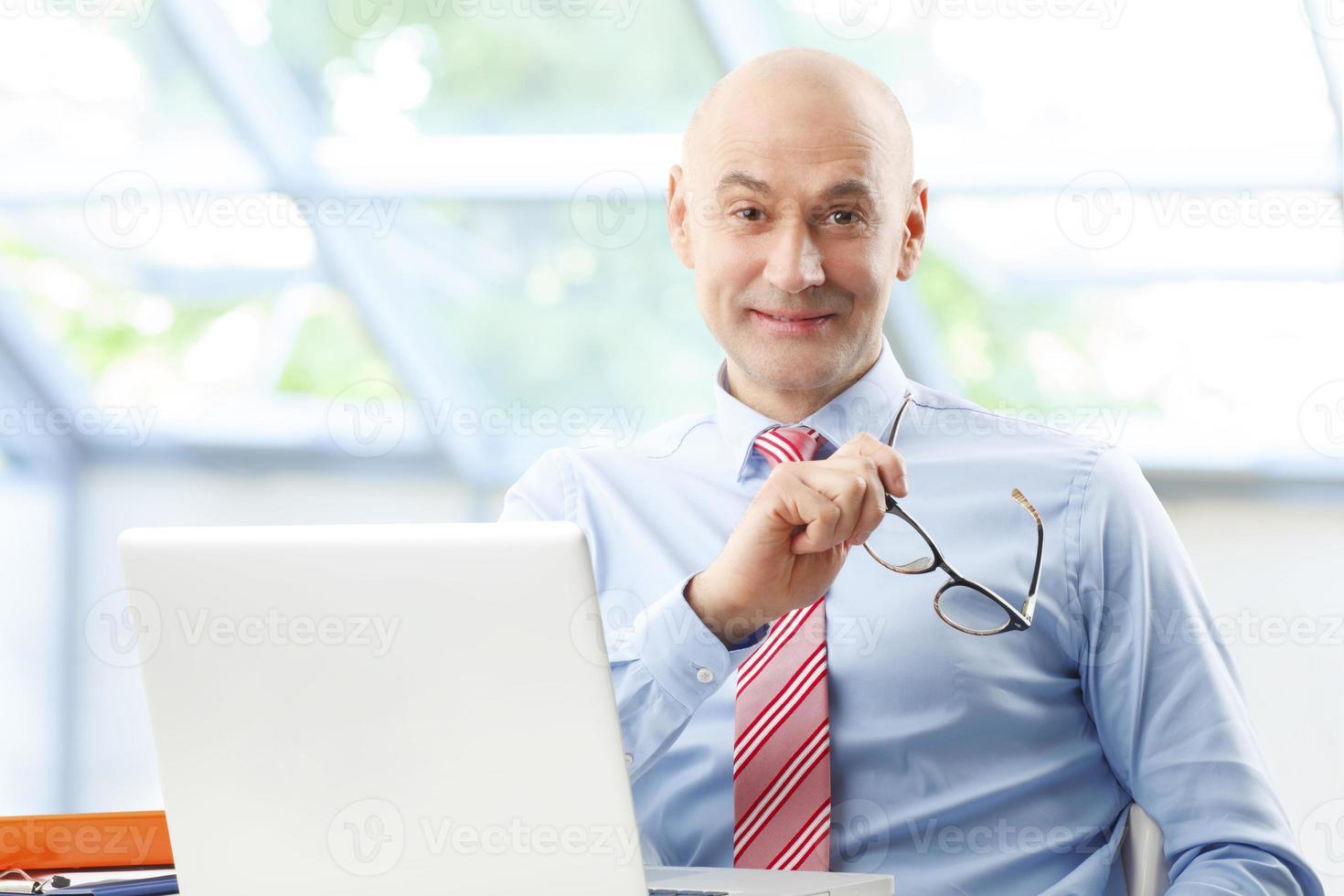 homem de vendas no trabalho foto