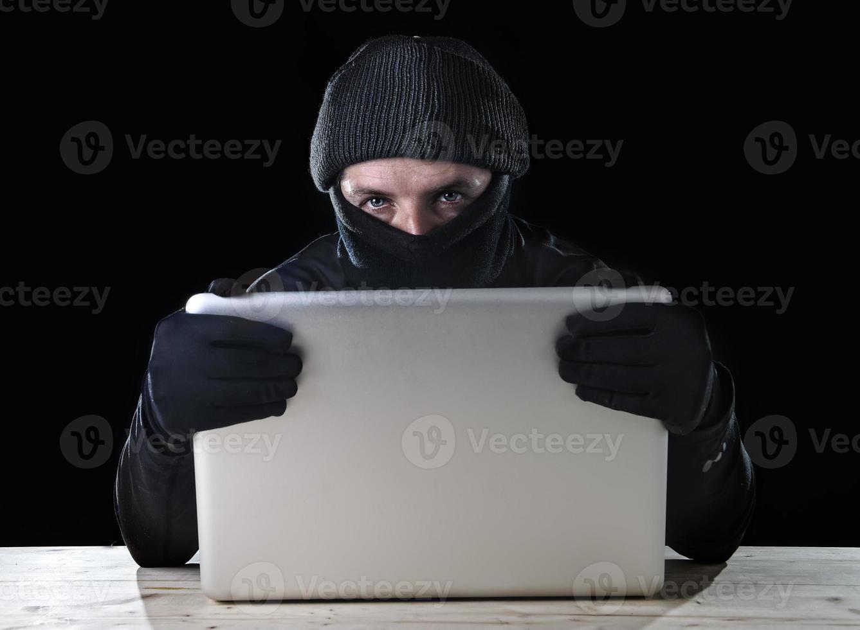 hacker, homem, de preto, usando computador laptop, cyber, crime, conceito foto