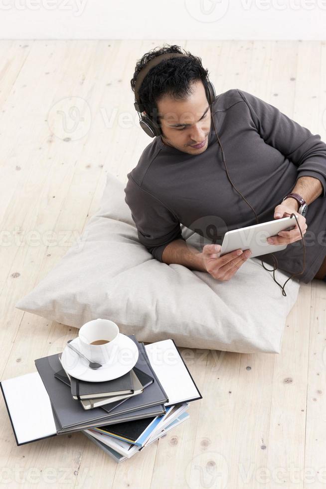 homem ouvindo computador tablet foto