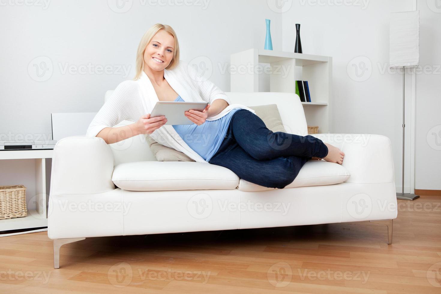 linda mulher trabalhando no computador foto