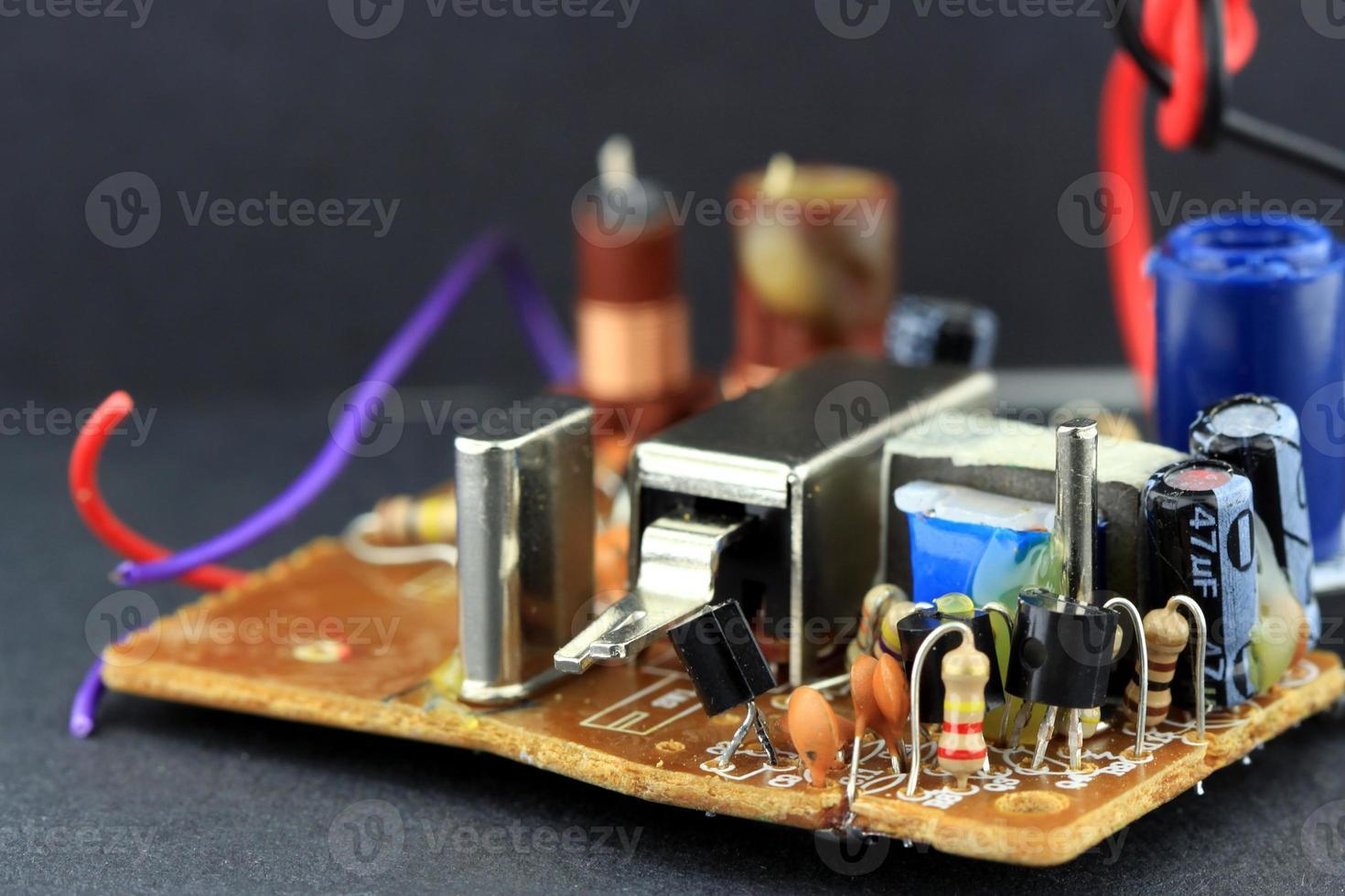 placa de circuito com componentes eletrônicos montados nela foto