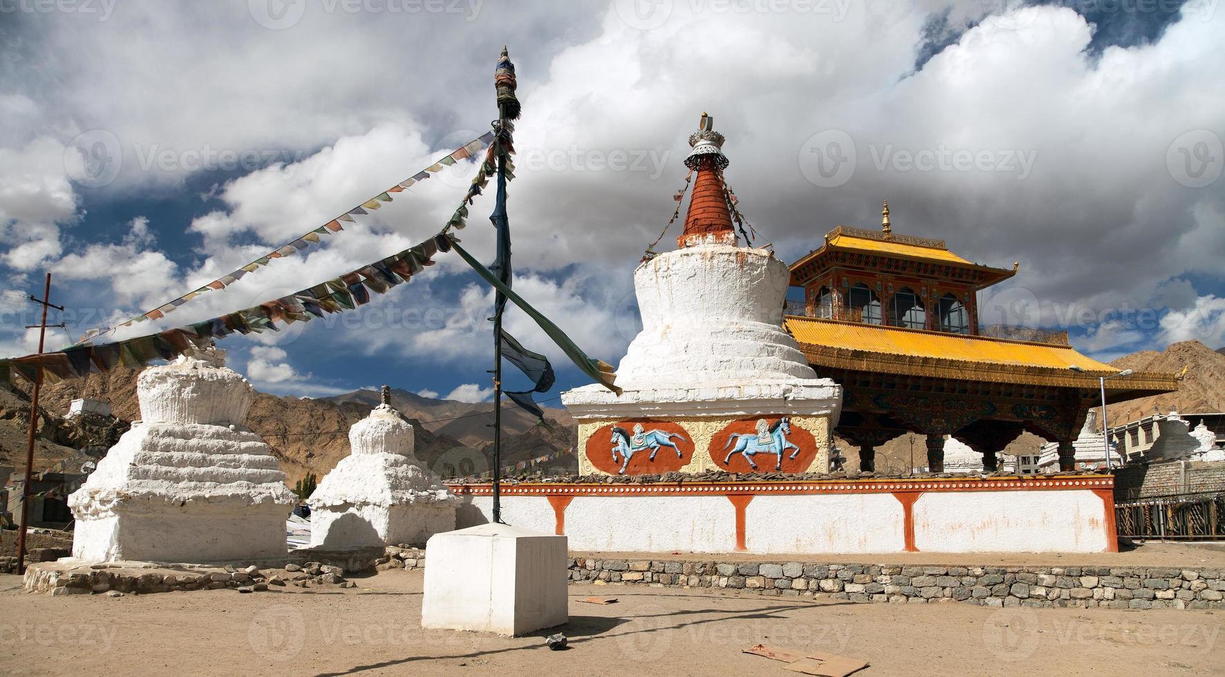 stupas e portão da amizade em leh foto