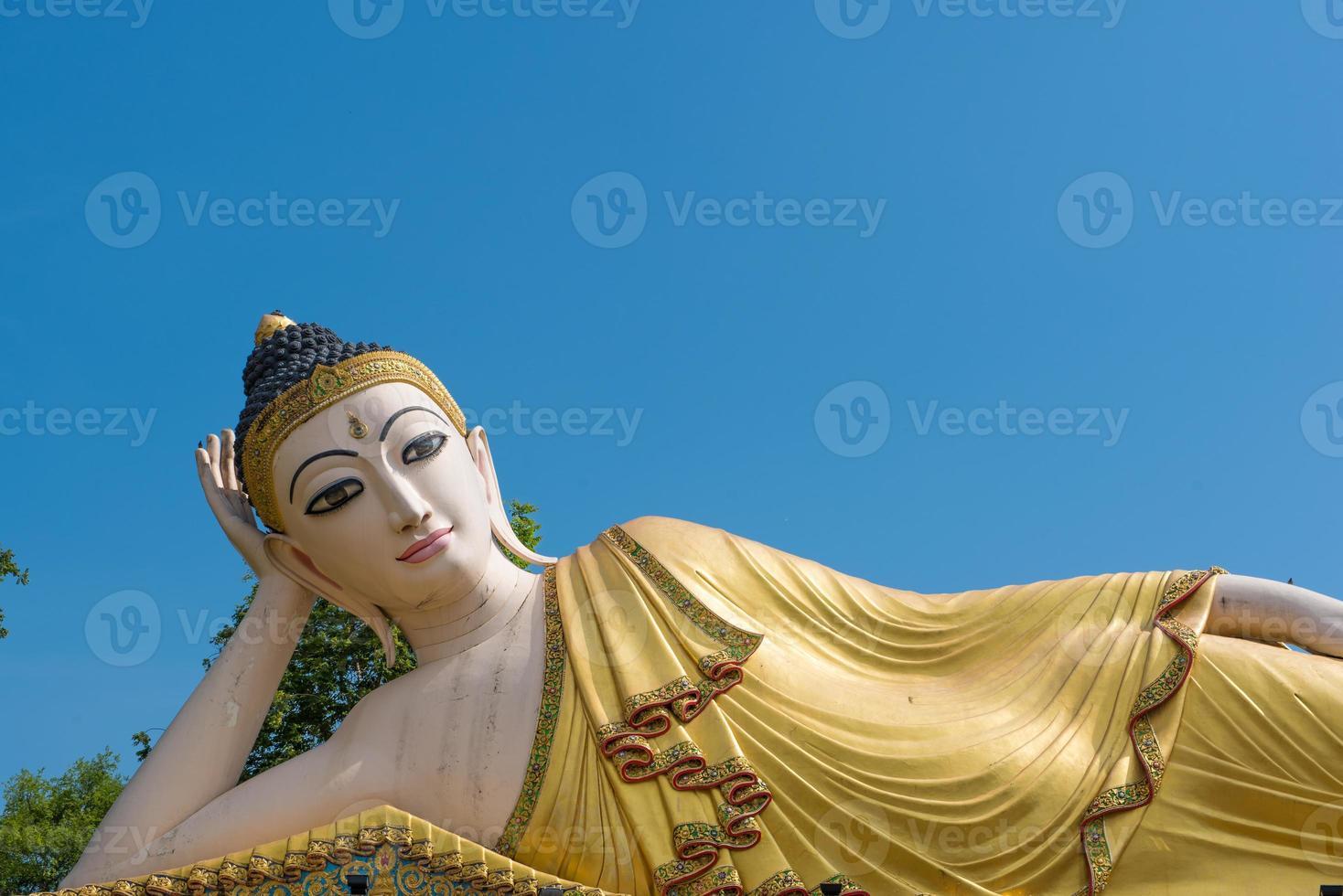 grande status imagem de Buda reclinado foto