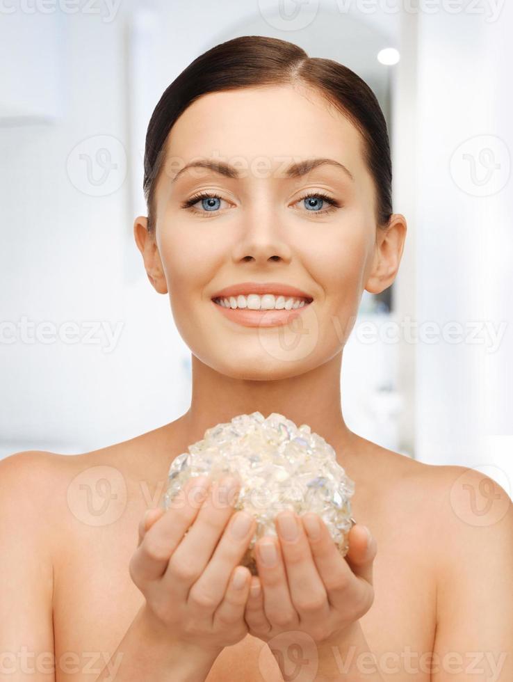 mulher com bola de banho foto