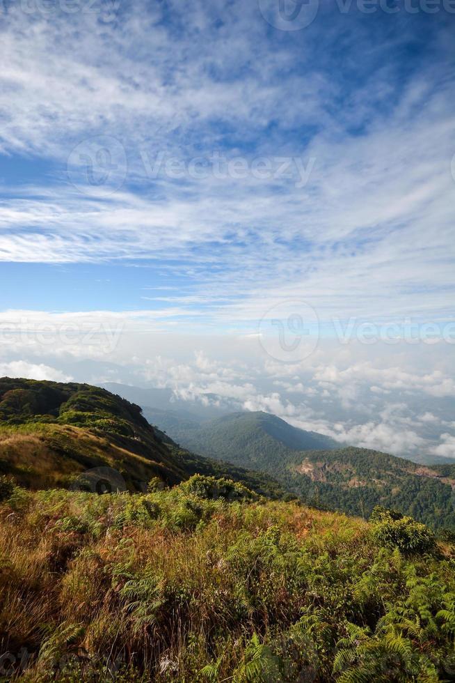 paisagem de montanha cênica, névoa e céu azul foto