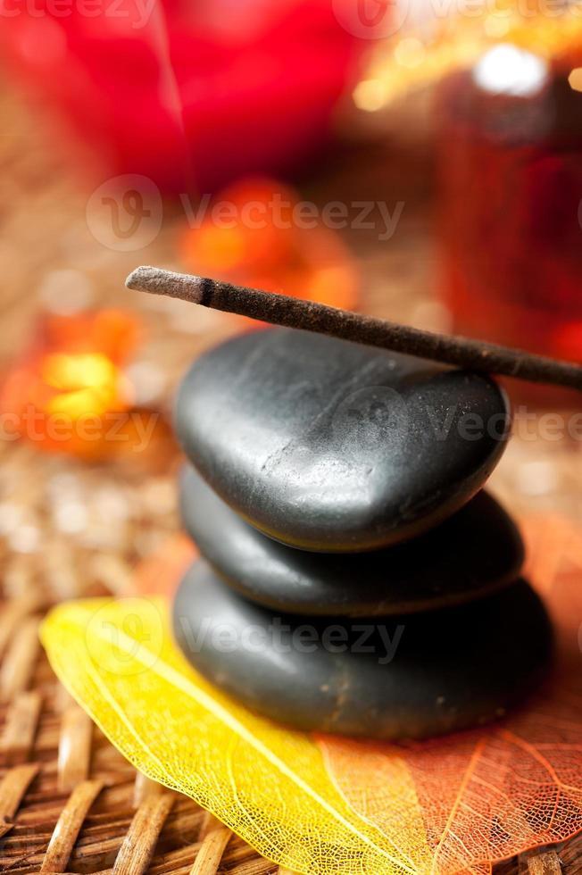 paus de incenso e pedras zen. pequena profundidade de campo foto