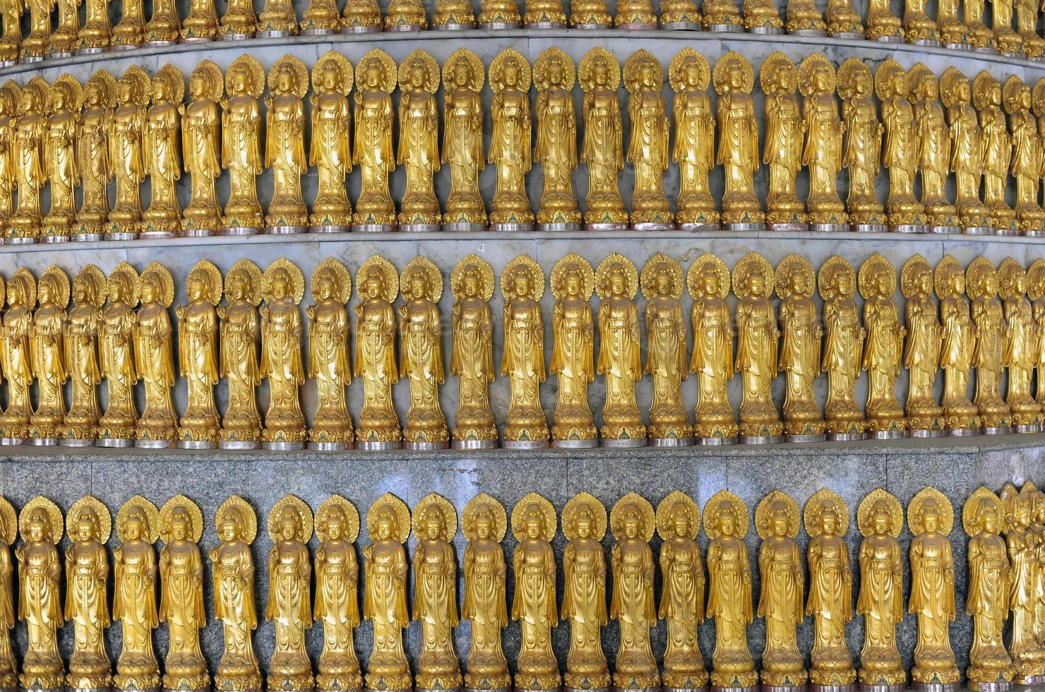 estátua de ouro de guan yin foto