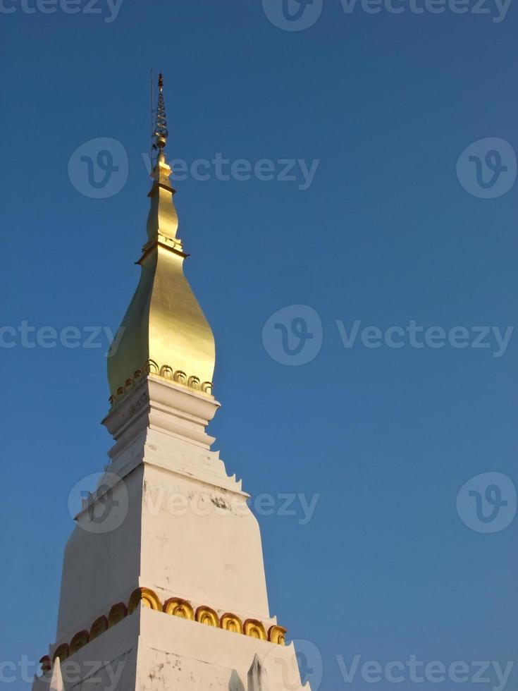 phra que choeng chum pagode em sakon nakorn, tailândia foto