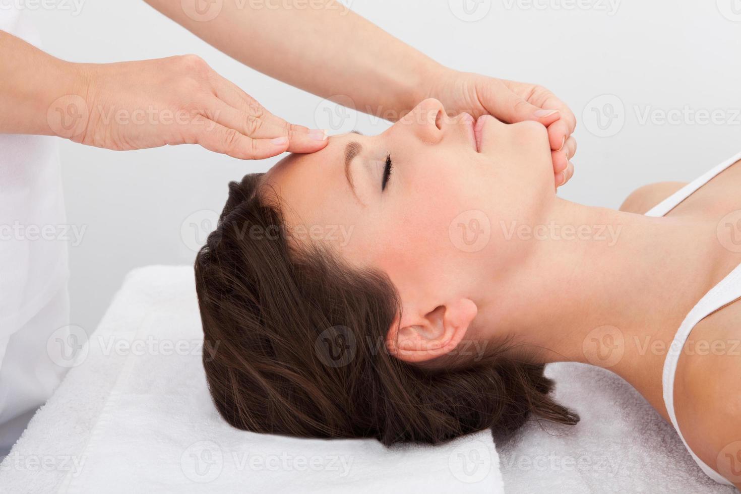 mulher recebendo uma massagem enquanto está deitado foto
