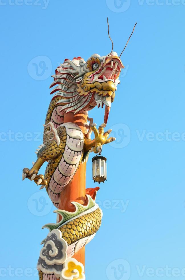 estátua de dragão de estilo chinês foto