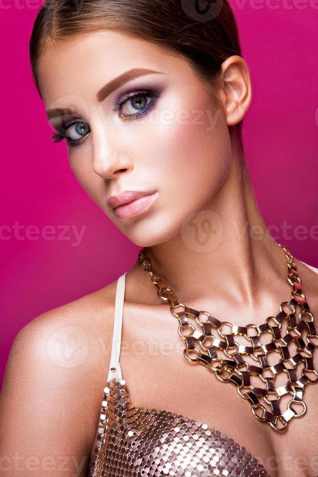 garota de modelo de moda beleza com maquiagem brilhante, cabelos longos, bem cuidada foto