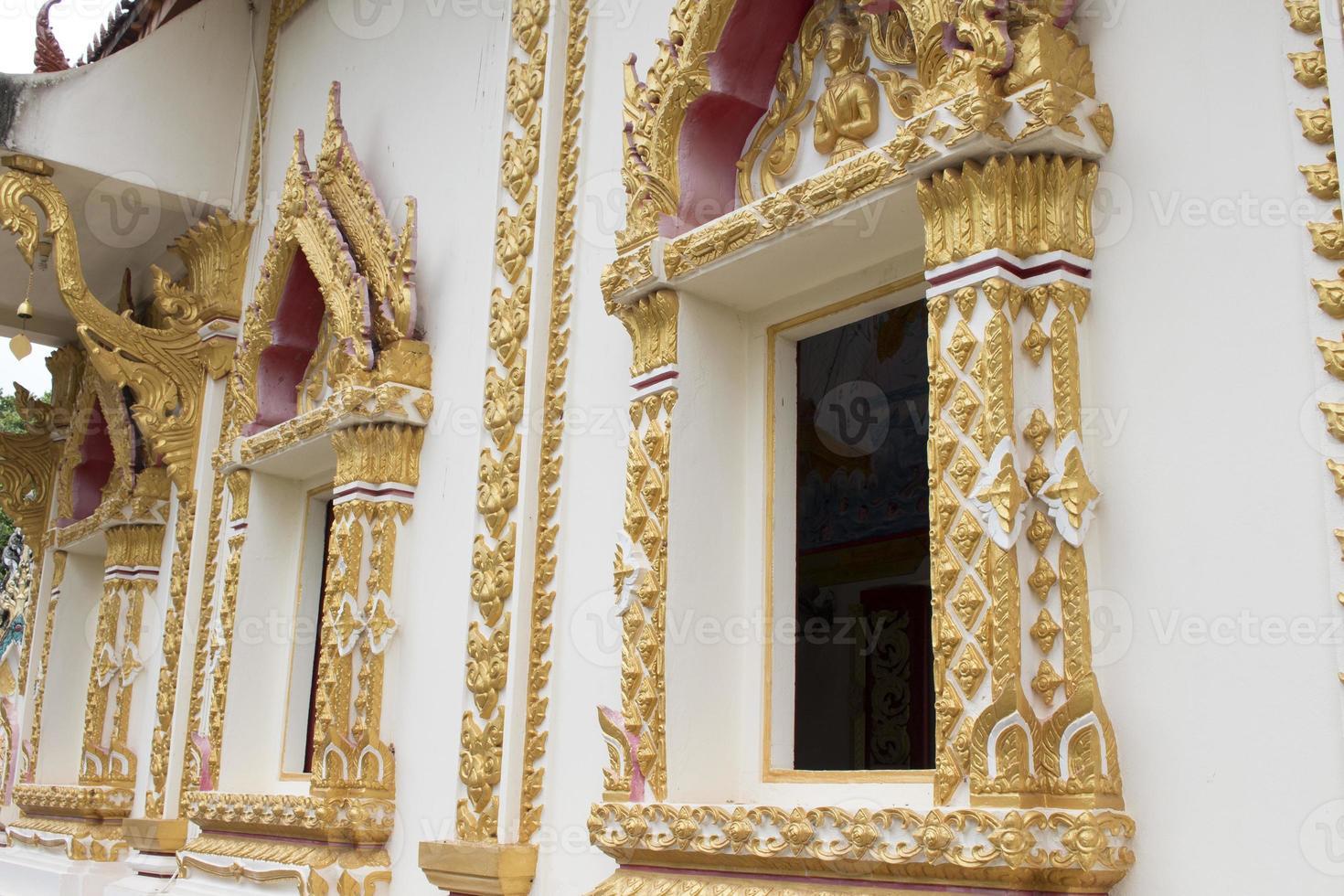 belas janelas da capela em um templo foto