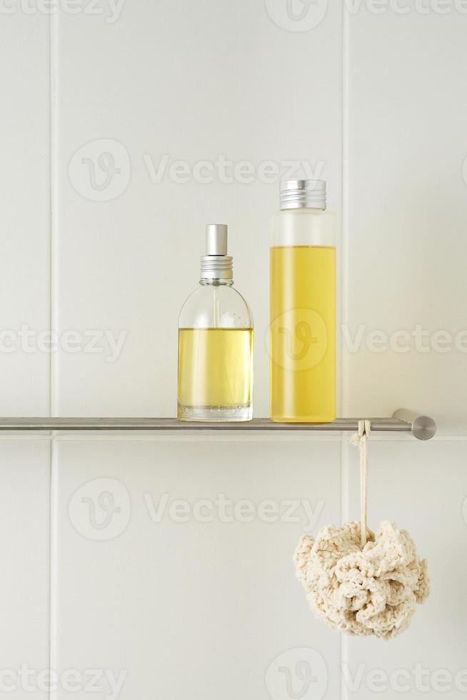 banheiro branco com produtos de banho foto