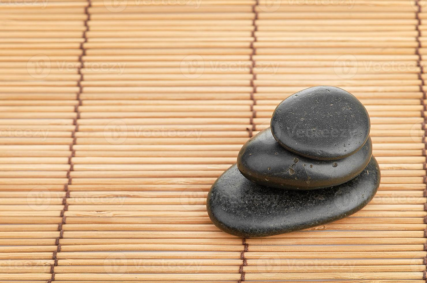 o spa uma pedra no fundo do bambu foto