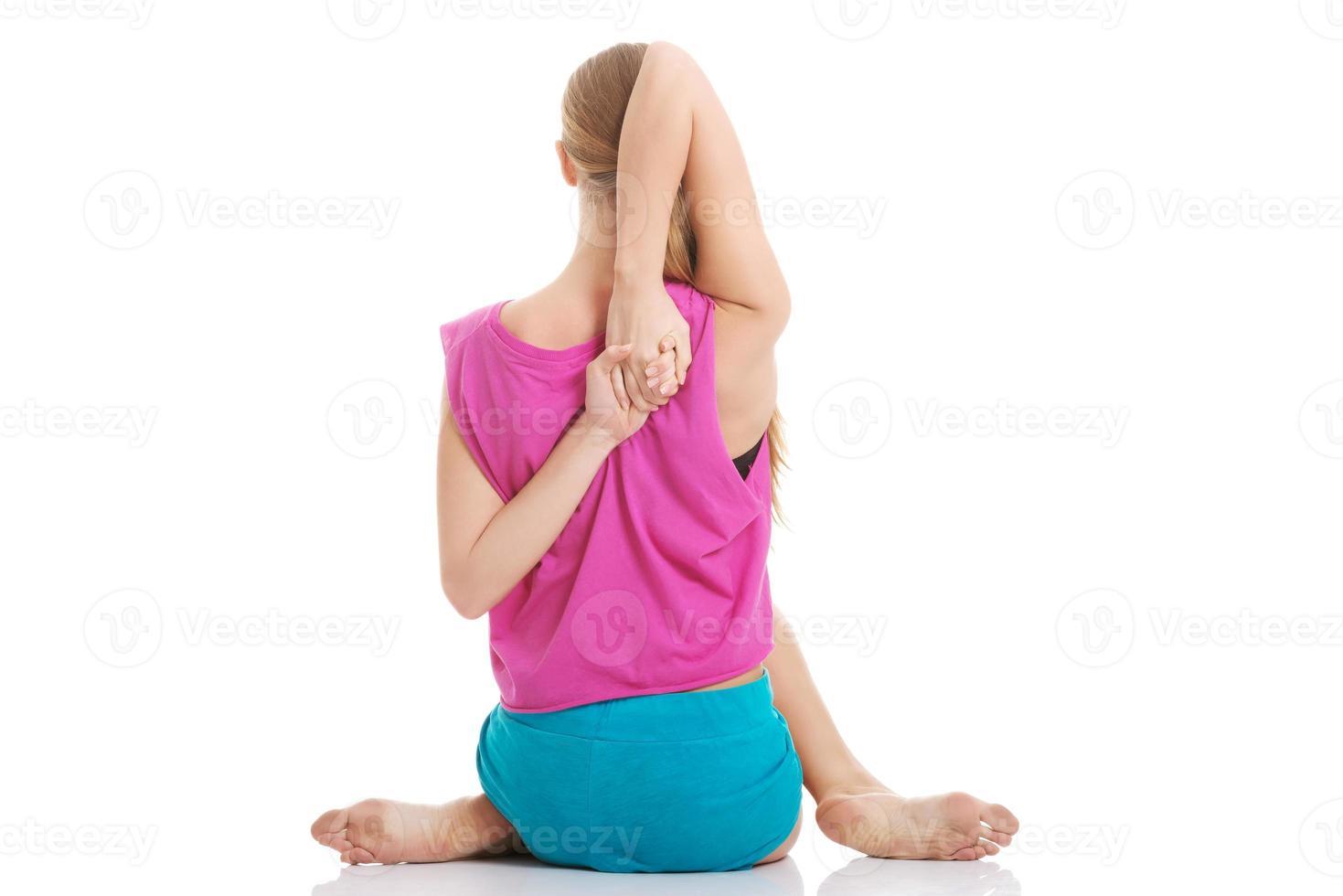 linda mulher caucasiana está fazendo exercícios. foto