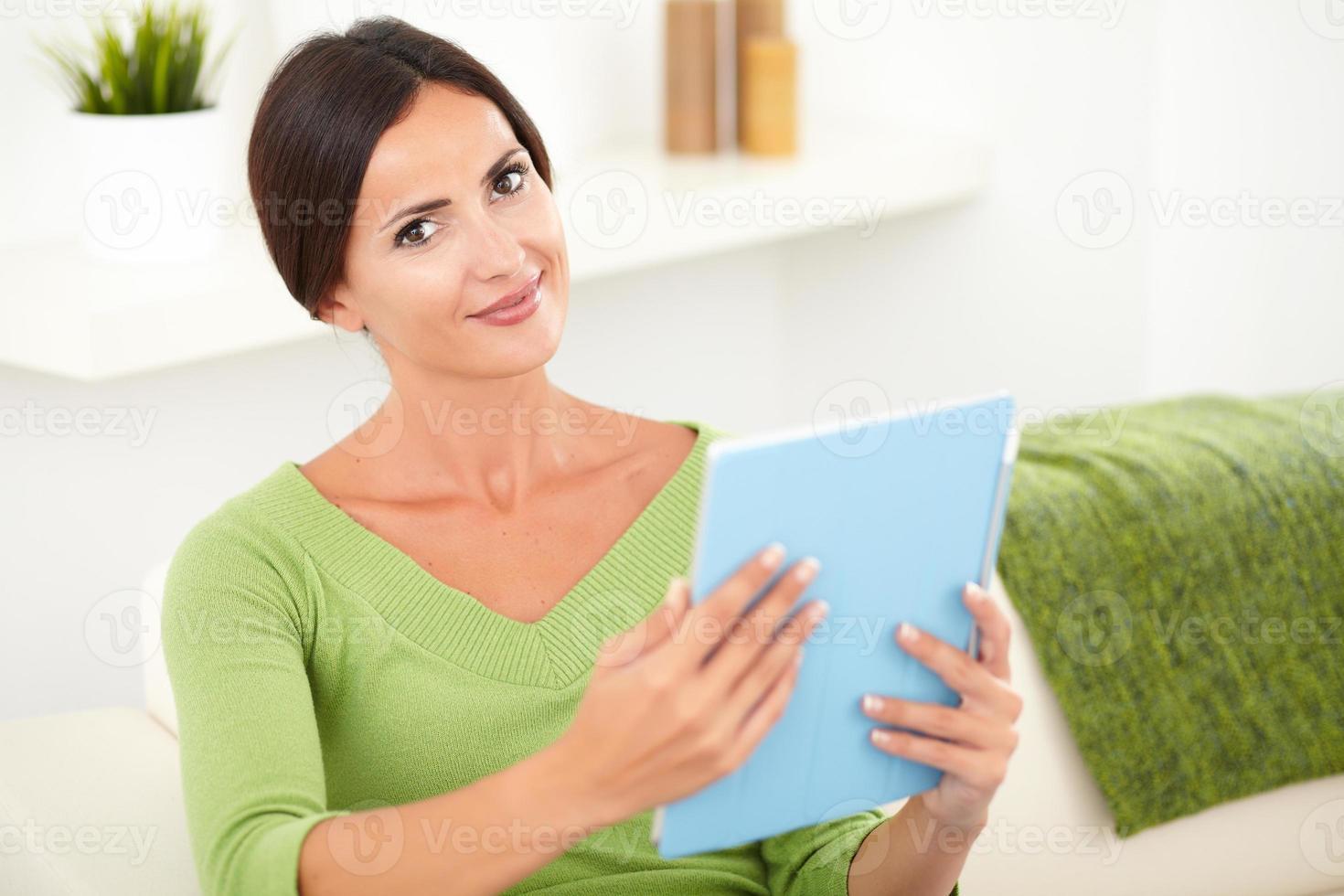 jovem mulher caucasiana, segurando um tablet foto
