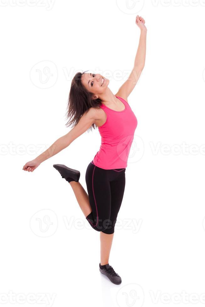 mulher jovem bonita caucasiano fitness dançando foto