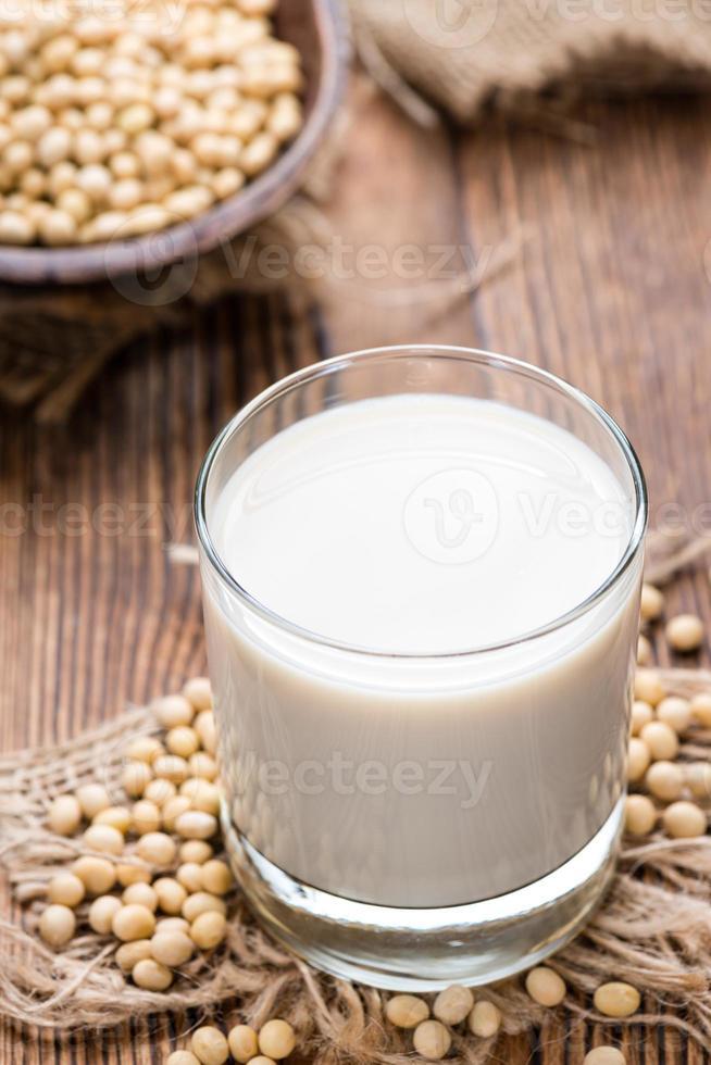 leite de soja com algumas sementes foto