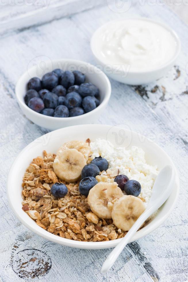 pequeno-almoço saudável com queijo cottage, granola e frutas foto