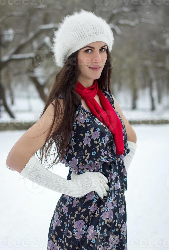 alegre jovem caucasiana em tempo nevado foto