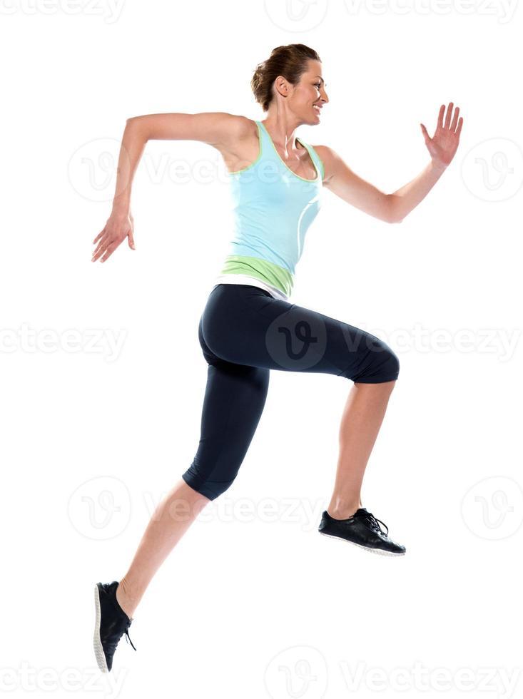 corredor de mulher caucasiana, executando o perfil de comprimento total de salto foto