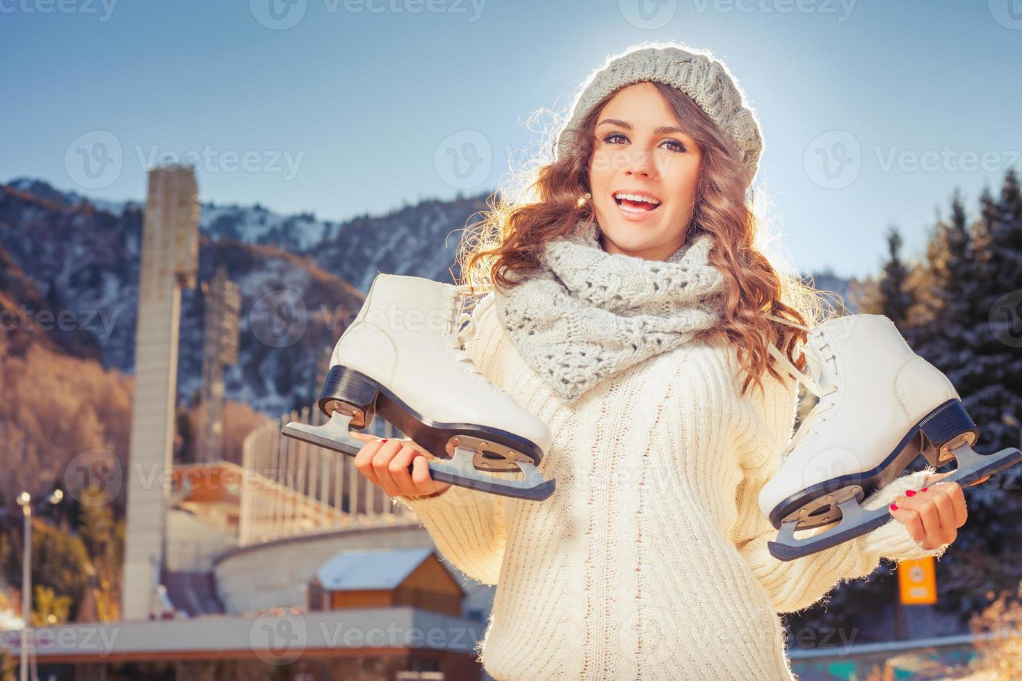 adolescente caucasiano feliz indo para patinação no gelo ao ar livre foto