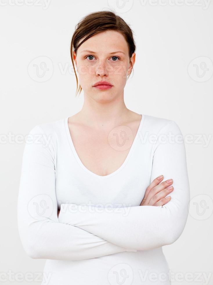 retrato de parte superior do corpo de pessoas reais: jovem mulher caucasiana foto