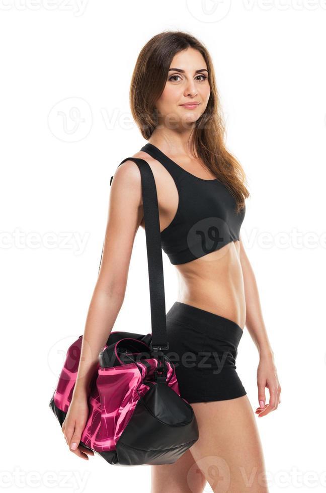 retrato de mulher bonita e sorridente caucasiano com saco de esportes foto