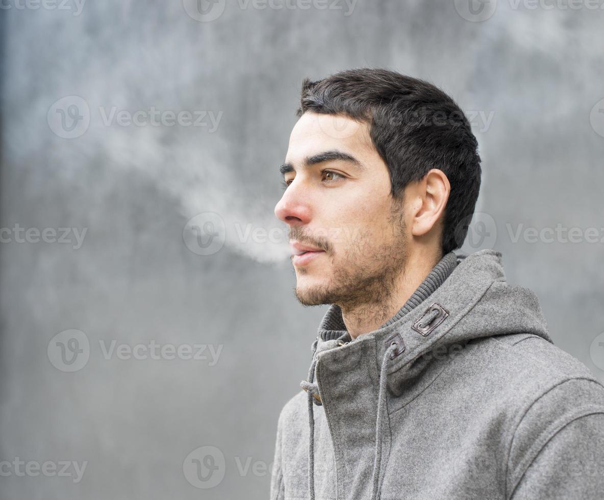 homem fumegando na boca. foto