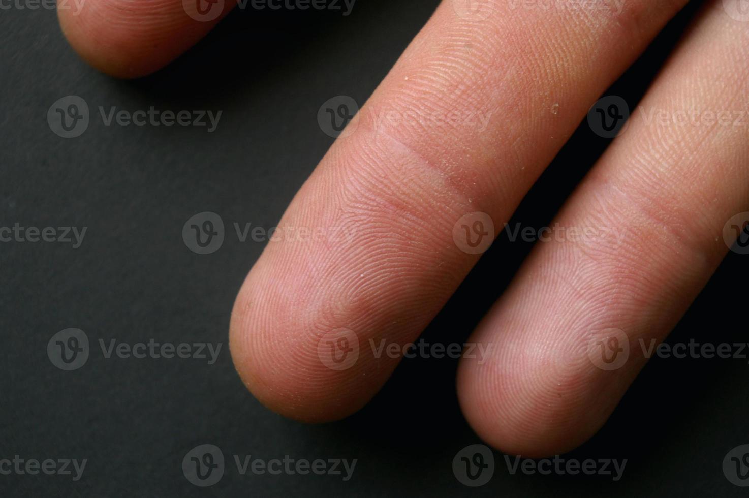 close-up de dedos mostrando impressões digitais foto