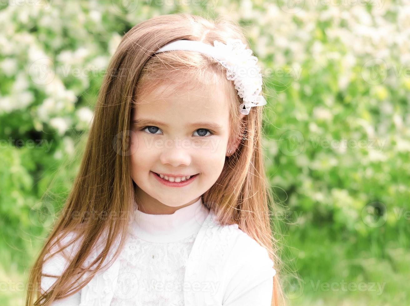 retrato de uma adorável menina sorridente foto