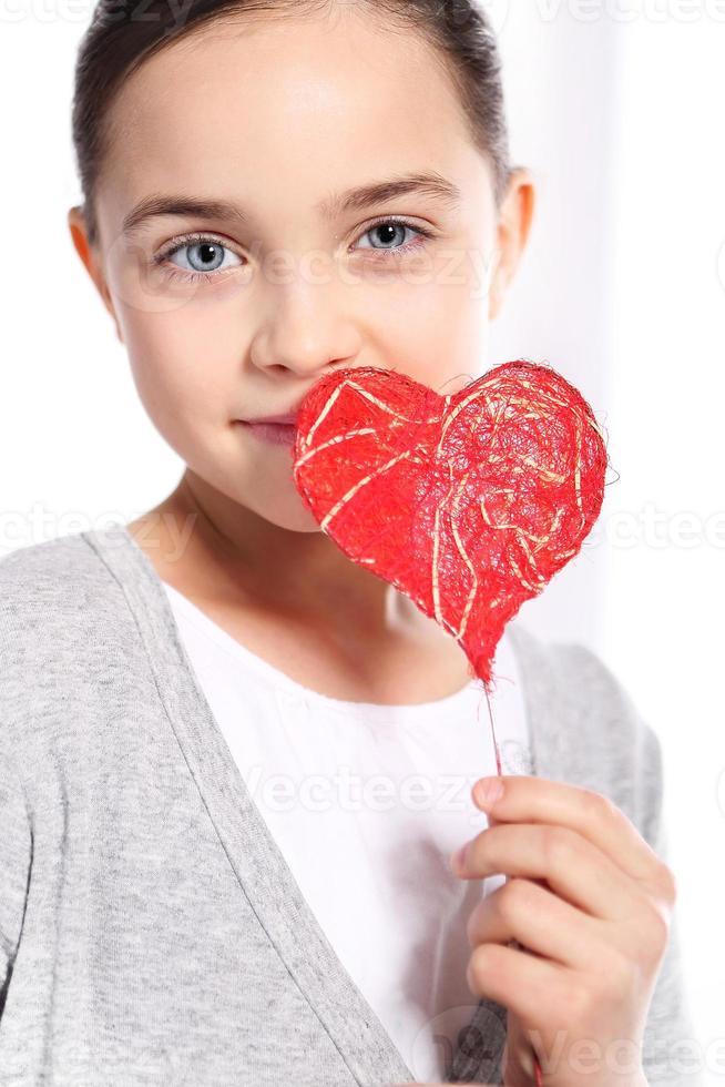 menina caucasiana com coração vermelho dos namorados foto