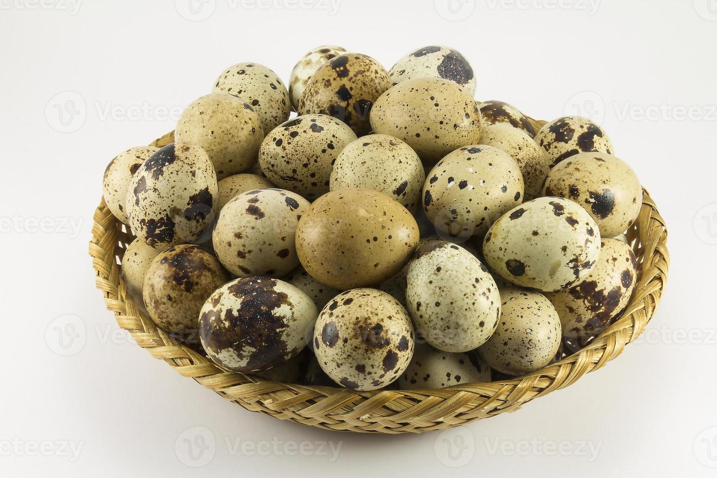 ovos de codorna em forma oval de vime foto
