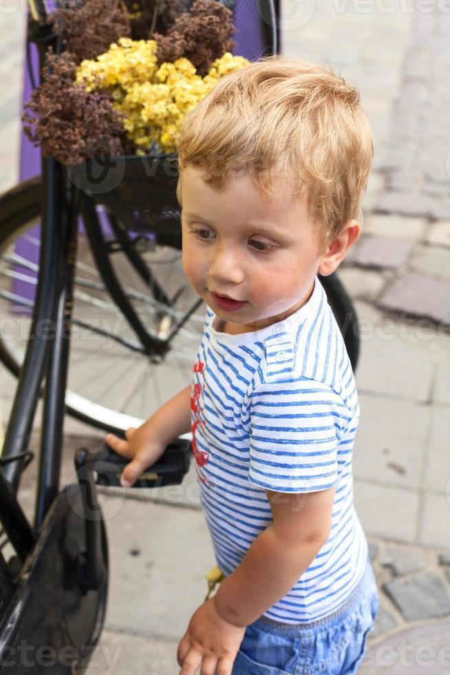 menino andando na rua foto