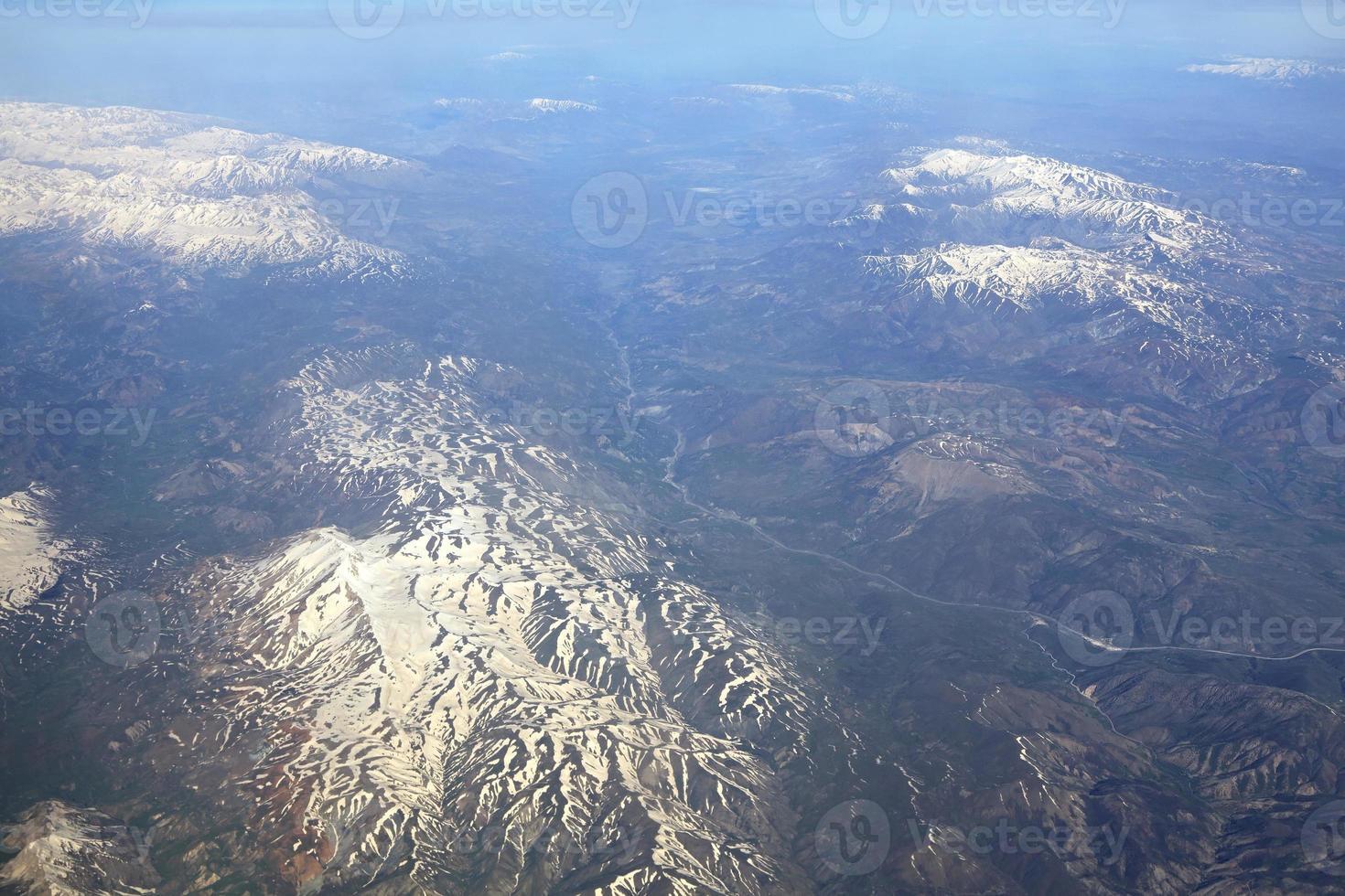 montanhas do Cáucaso (vista do avião). foto
