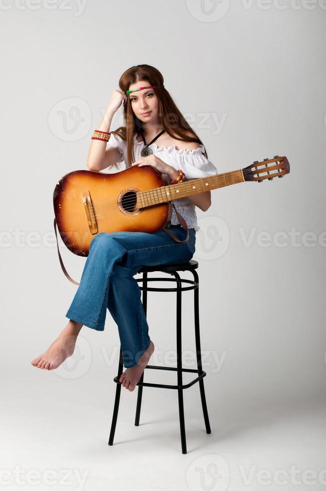 a garota com um violão 1307. foto