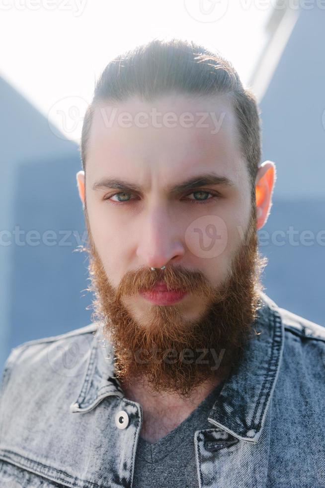 hipster barbudo na cidade foto